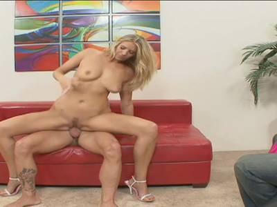 Rothaarige schlanke sexy Mädchen mit großen Titten bläst Schwanz und fickt auf dem sofa Olivia Lee saugt leckeren großen Schwanz auf POV-Kamera.