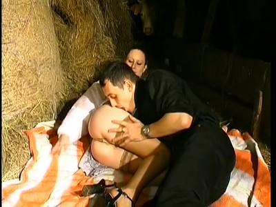 Heiße Blondine saugt einen Fick mit einem massiven Dildo