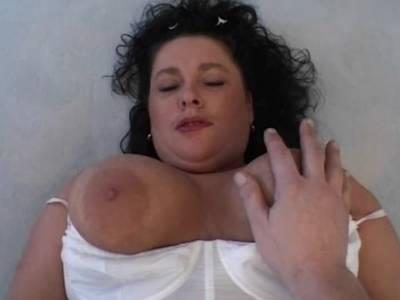 Tattoomilf mit dicken Möpsen beim Solosex