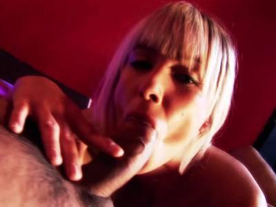Dicke Titten Blondine spielt ihre nasse Muschi