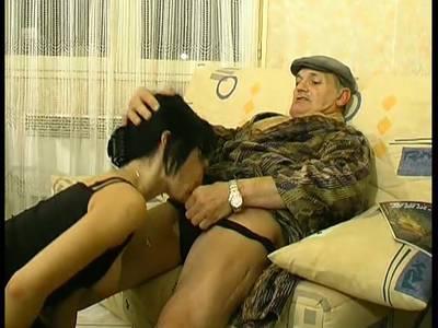 Alte Schlampe Aliz fickt mit einem jüngeren Kerl